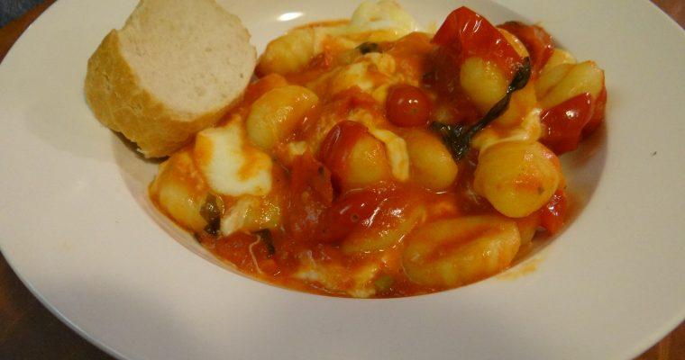 Gnocchi met tomatensaus, mozzarella en basilicum